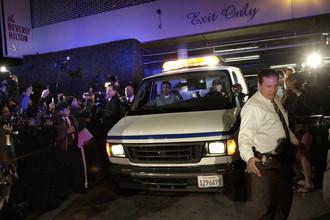 Полиция Лос-Анджелеса вывозит тело Уитни Хьюстон из отеля в Беверли-Хиллз