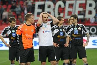 Дмитрий Булыкин (в белом) приехал также сыграть в прощальном матче Евсеева