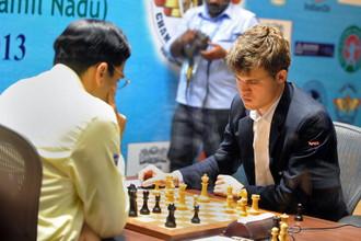 Вишванатан Ананд (слева) и Магнус Карлсен разыграют шахматную корону в Сочи