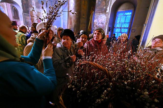Во время богослужения в праздник Входа Господня в Иерусалим в Троицко-Успенском кафедральном соборе в Кинешме