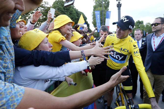 Зрители приветствуют победителя «Тур де Франс — 2015» Кристофера Фрума