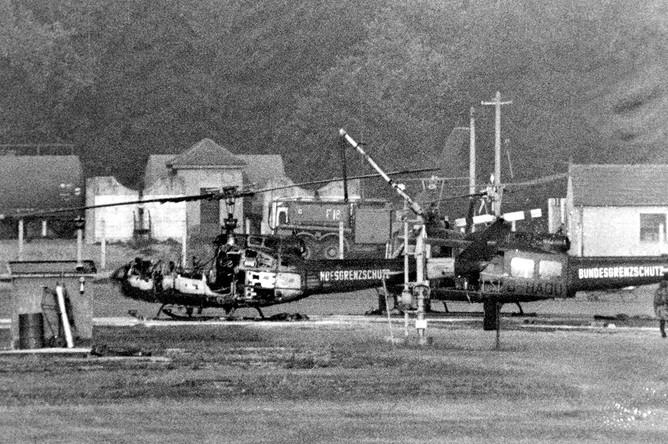 Сгоревший вертолет на авиабазе Фюрстенфельдбрук около Мюнхена, 6 сентября 1972 года