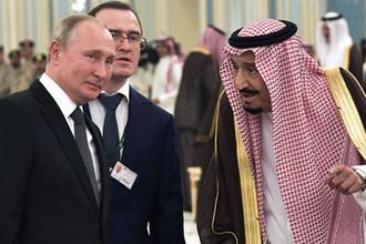 Президент России Владимир Путин и король Саудовской Аравии Сальман бен Абдель Азиз аль Сауд (справа) на церемонии официальной встречи, 14 октября 2019 года