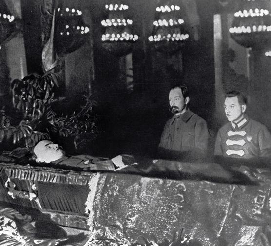 Феликс Дзержинский и Климент Ворошилов у гроба Владимира Ленина, 1924 год