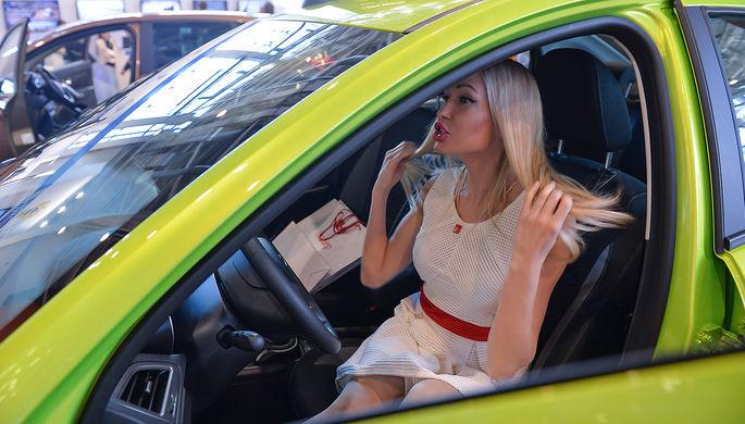 Девушка в автомобиле Lada Vesta на стенде ОАО «АвтоВАЗ» на выставке в Москве