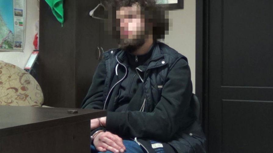 Один из участников террористической группировки «Исламское Государство» (ИГ, запрещена в РФ), задержанный сотрудниками ФСБ в Кисловодске, 5 апреля 2021 года