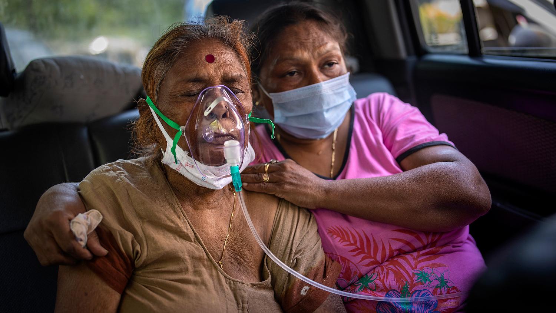 Женщина получает кислород в автомобиле в Дели