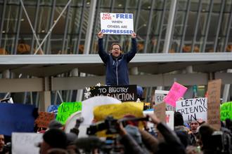 Акция протеста в аэропорту Нью-Йорка после задержания беженцев в связи с ужесточением миграционной политики США