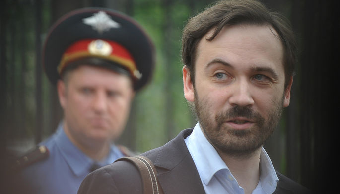 Депутат Госдумы Илья Пономарев у здания Следственного комитета России, 2013 год