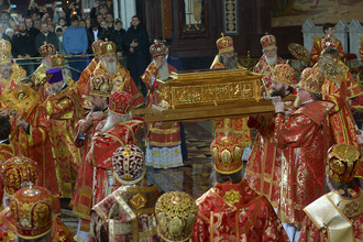 Ковчег с мощами святителя Николая Чудотворца, доставленный спецбортом из итальянского города Бари, в храме Христа Спасителя