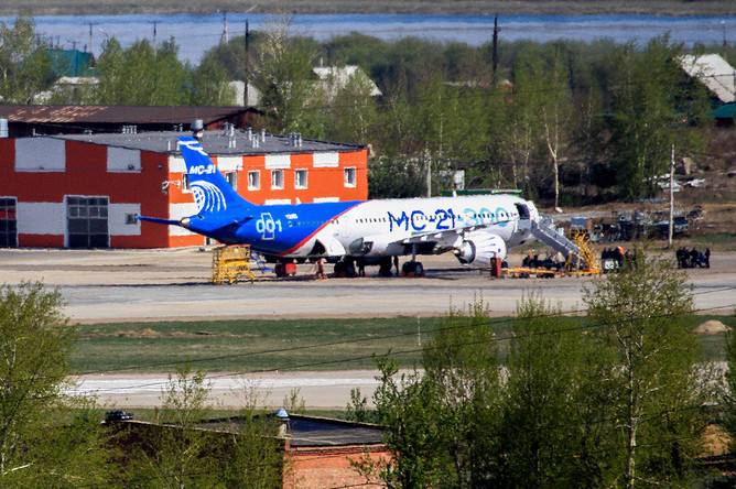 Российский пассажирский лайнер с крылом из высокопрочных композитных материалов МС-21 на взлетно-посадочной полосе неподалеку от цеха окончательной сборки в Иркутске, 11 мая 2017 года