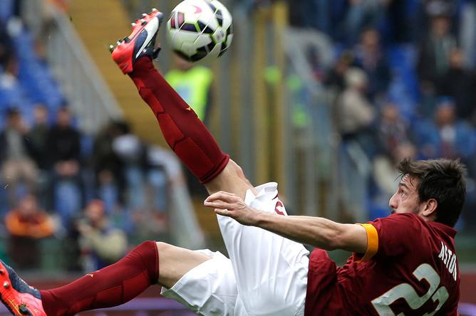 Игрок команды «Рома» Давиде Астори на матче против «Наполи» 4 апреля 2015 года