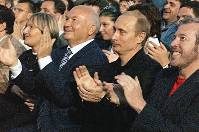 Президент России Владимир Путин, мэр столицы Юрий Лужков с супругой и Андрей Макаревич (справа) во время концерта Пола Маккартни на Красной площади в Москве, 2003 год
