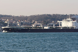 Танкер British Heritage в Босфорском проливе, март 2019 года