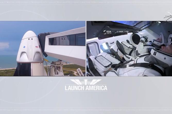 Астронавты Даглас Харли и Роберт Бенкен на борту космического корабля Crew Dragon на стартовой площадке на мысе Канаверал, штат Флорида, США, 28 мая 2020 года