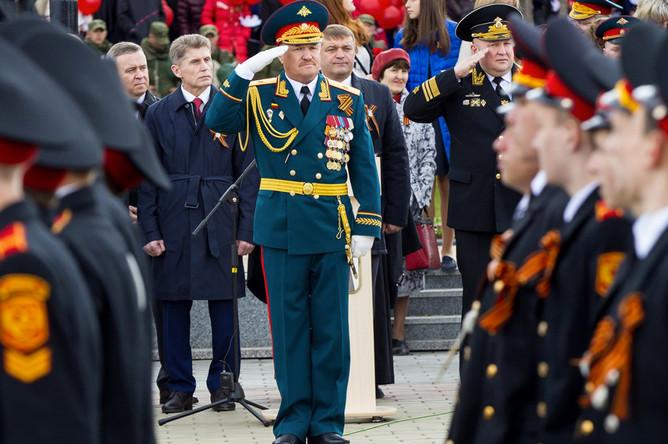 Генерал Валерий Асапов во время военного парада в честь Дня Победы в Южно-Сахалинске, 9 мая 2015 года