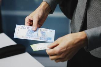 Купюра номиналом в 2000 рублей во время презентации в Москве, 12 октября 2017 года