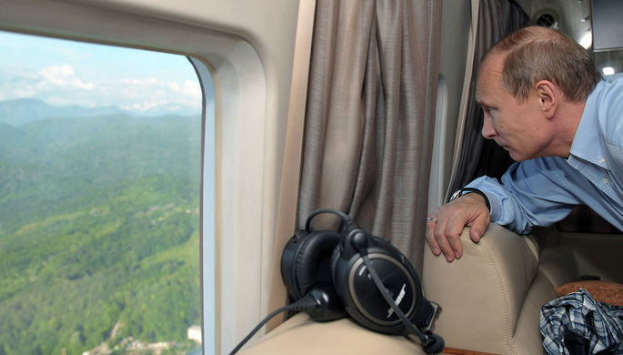 Президент РФ Владимир Путин во время осмотра с вертолета Имеретинской долины в Сочи