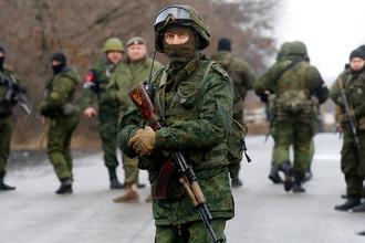 Военнослужащие перед началом обмена пленными между Киевом и самопровозглашенной Донецкой народной республикой у КПП «Майорск» на линии разграничения в районе Горловки, 27 декабря 2017 года