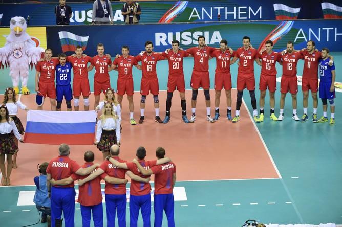 Волейболисты сборной России во время исполнения гимна перед финальным матчем чемпионата Европы по волейболу против команды Германии