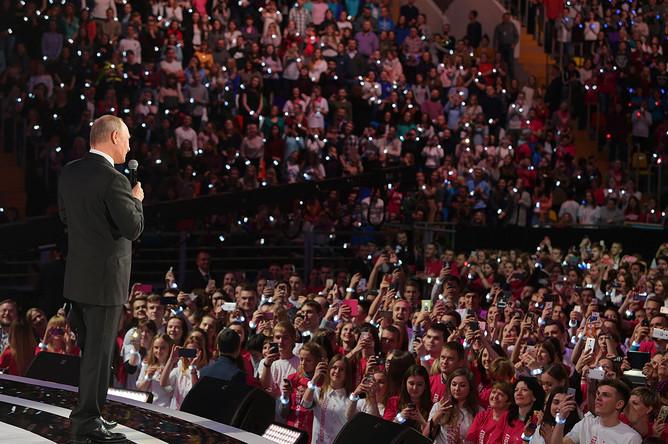 Владимир Путин выступает на церемонии вручения премии «Доброволец России- 2017» во дворце спорта «Мегаспорт» в Москве, 6 декабря 2017 года