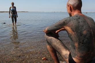 Черноморское побережье в крымском городе Саки, известном своими грязелечебницами, 2014 год