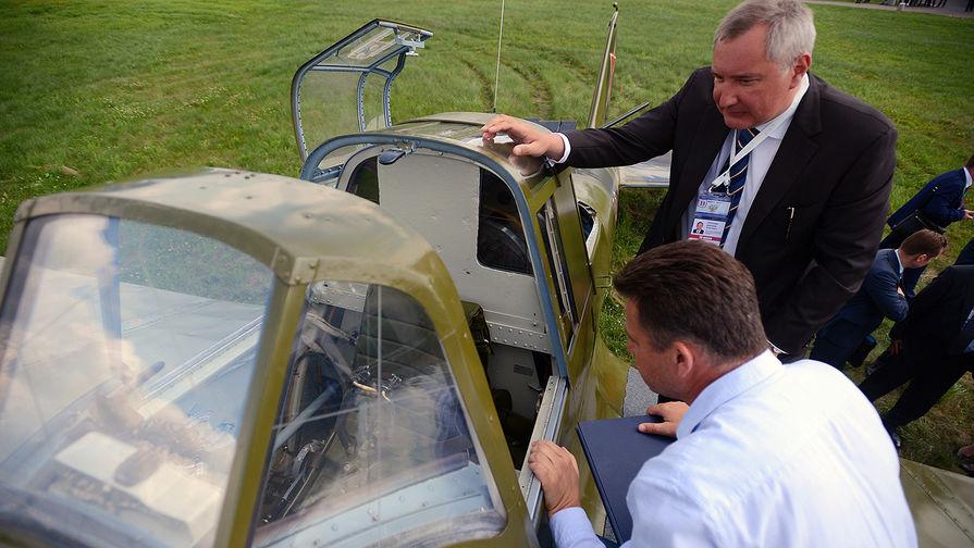 Заместитель председателя правительства РФ Дмитрий Рогозин у самолета Ил-2 (1942 год) на...