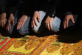 Мусульмане в день праздника Ураза-байрам у Соборной мечети в Москве