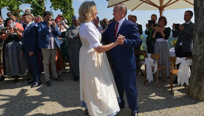 Президент России Владимир Путин во время танца с министром иностранных дел Австрии Карин Кнайсль на ее свадьбе с финансистом Вольфгангом Майлингером, август 2018 года