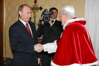 Владимир Путин во время встречи с прежним папой Бенедиктом XVI в библиотеке Апостольского дворца