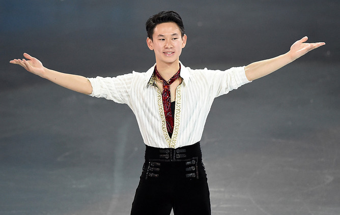Денис Тен (Казахстан) выступает в произвольной программе парного катания на соревнованиях по фигурному катанию, XXII зимние Олимпийские игры в Сочи