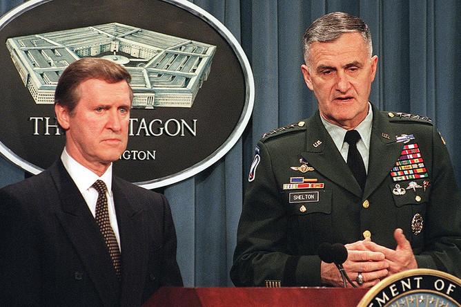Министр обороны США Уильям Коэн (слева) и председатель Объединенного комитета начальников штабов Генри Шелтон отвечают на вопросы об участии США в ударах НАТО по Сербии во время пресс-конференции в Пентагоне