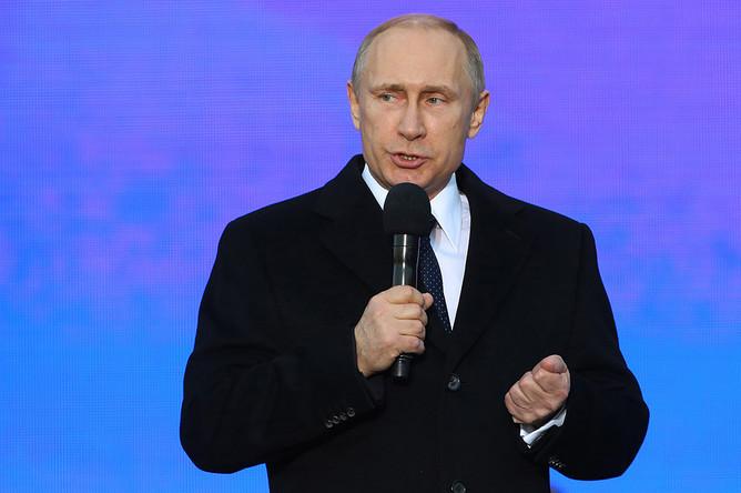 Владимир Путин выступает на митинге-концерте «Мы вместе», посвященном годовщине присоединения Крыма к России, на Васильевском спуске