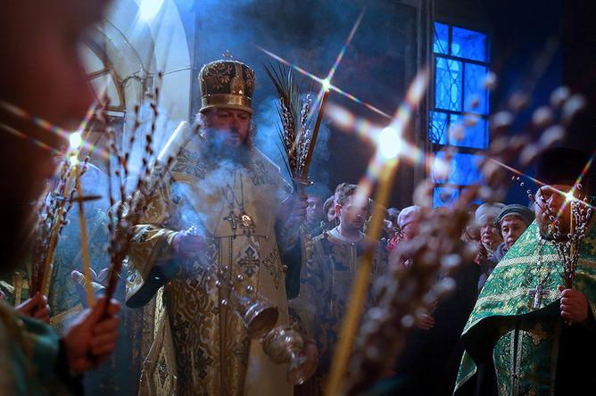 Епископ Кинешемский и Палехский Иларион (в центре) во время богослужения в праздник Входа Господня в Иерусалим в Троицко-Успенском кафедральном соборе в Кинешме