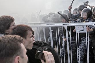 Сотрудники правоохранительных органов оттесняют участников митинга «Марш миллионов» на Болотной площади