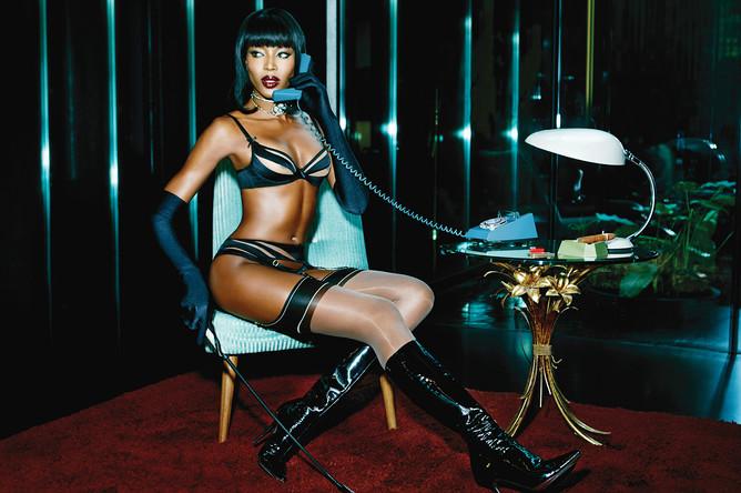 В 2015 году Наоми Кэмпбелл стала лицом новой коллекции известного британского производителя нижнего белья Agent Provocateur