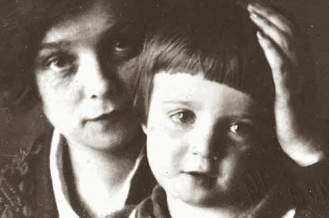 Александр Есенин-Вольпин с мамой