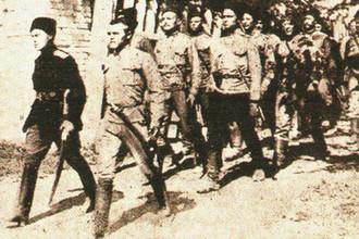 Добровольцы вступают в занятый город. Октябрь 1919 года
