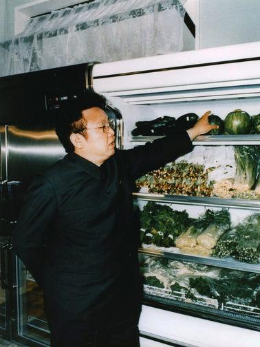 Ким Чен Ир в магазине в Пхеньяне, 1983 год