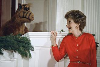 Первая леди США Нэнси Рейган с главным героем сериала «Альф» на детском рождественском вечере в Белом доме, 1987 год