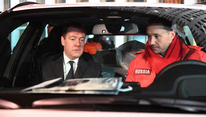 Председатель правительства РФ Дмитрий Медведев и олимпийский чемпион по хоккею Илья Ковальчук (справа) в салоне автомобиля, 28 февраля 2018 года