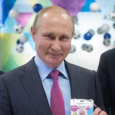 Президент России Владимир Путин во время посещения центра выдачи паспортов болельщиков ЧМ-2018 по...