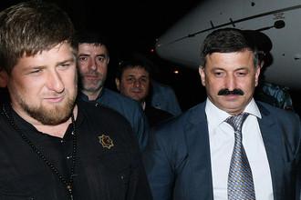Глава Чечни Рамзан Кадыров и его представитель на Украине Рамзан Цицулаев в аэропорту Грозного, май 2014 года