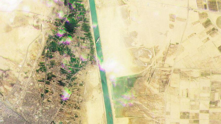 Спутниковый снимок Суэцкого канала, где на мель сел контейнеровоз Ever Given, 25 марта 2021 года