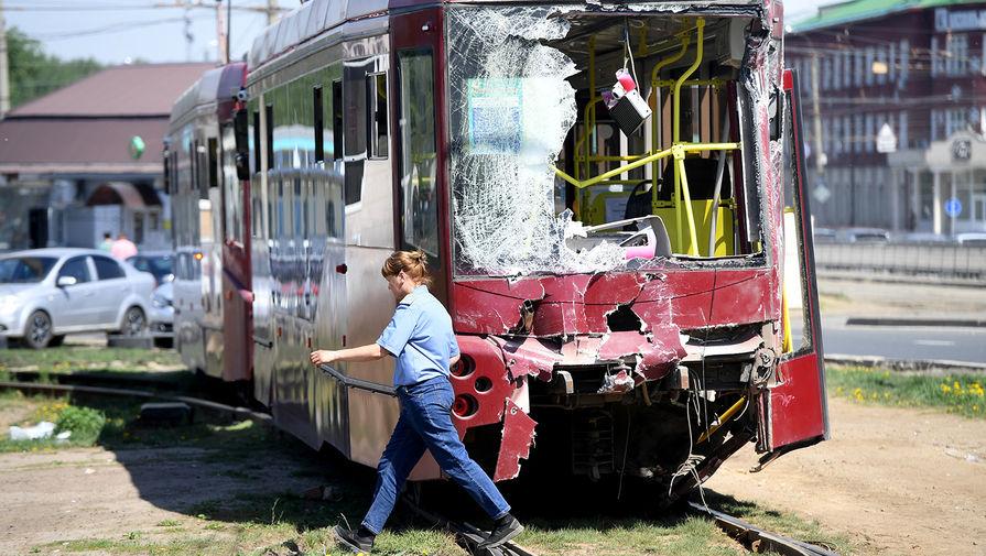 Трамвай, участвовавший в ДТП, на месте аварии, в Казани, 17 мая 2021 года