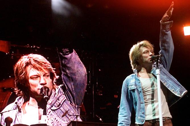 Джон Бон Джови во время выступления в Аризоне во время тура в честь выхода альбома «Crush», 2001 год