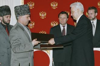 Президент России Борис Ельцин и глава Чечни Аслан Масхадов после подписания в Кремле Договора о мире и принципах взаимоотношений между Российской Федерацией и Чеченской Республикой Ичкерией, 12 мая 1997 года