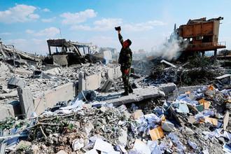 На месте разрушенного ракетным ударом Сирийского научно-исследовательского центра под Дамаском, 14 апреля 2018 года