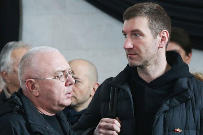 Журналисты Павел Лобков и Антон Красовский на церемонии прощания с Игорем Малашенко в ритуальном зале на Троекуровском кладбище, 18 марта 2019 года