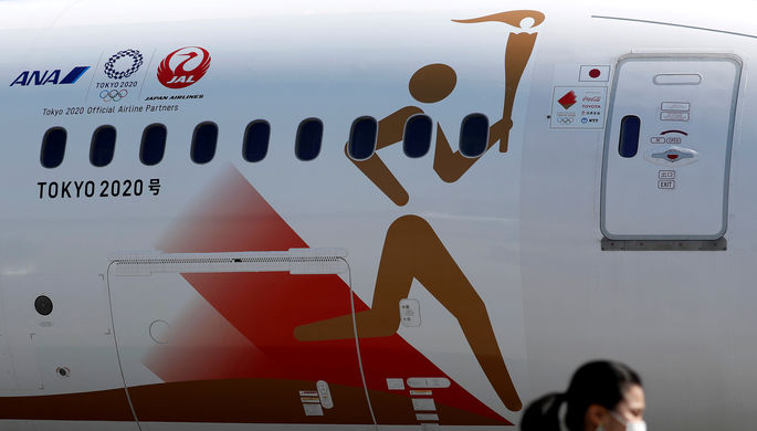 Самолет с символикой Олимпийских игр — 2020 в Токио, который доставил в Японию олимпийский огонь